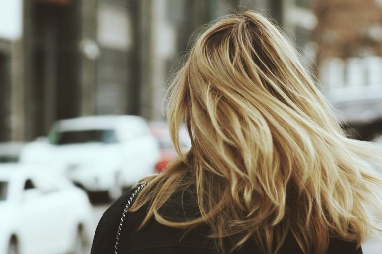 Czy doczepiane włosy mogą niszczyć naturalne?