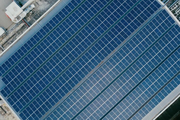 Jak panele słoneczne przekształcają energię cieplną w energię elektryczną?